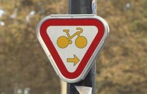 Il ciclista passa col rosso? In Francia si può!