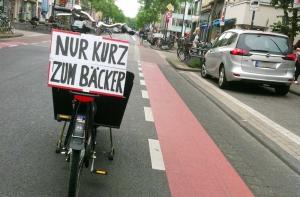 """""""Automobilista, torno subito"""", la protesta in Germania contro i parcheggi selvaggi"""